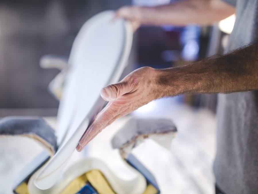 サーフボードシェイパーの仕事は魅力的に見えるが、想像以上に大変な仕事だ