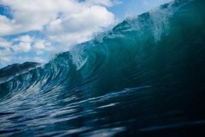 ワイドで速い波を抜けるためにできる4つのコツ
