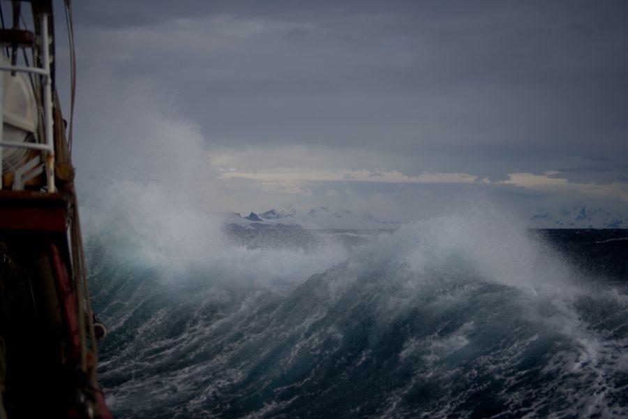 遠海で発生した低気圧が、力強い波を作り出す