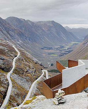 Situada en la costa oeste de Noruega, la carretera nacional de carácter turístico Trollstigen se alza dramáticamente entre los profundos fiordos que caracterizan la región. Este sitio panorámica sólo puede ser visitado y construido en el verano, debido al severo clima invernal. A pesar de -o quizás debido a ello- la naturaleza inaccesible del lugar, el proyecto implica el diseño de un entorno completo para el visitante, desde un refugio de montaña con restaurante y galería de barreras contra las inundaciones, cascadas de agua, puentes...  Photo: © Jordi Verdés Padrón