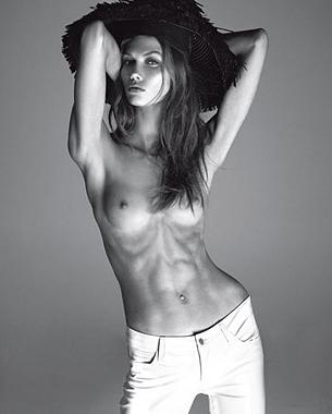 Extra Strength (fuerza o resistencia extra). Bajo este título, la modelo de Victoria's Secret Karlie Kloss exhibía su cuerpo en un reportaje publicado este mes en la edición italiana de Vogue, en un presunto intento por mostrar músculos tonificados y en forma. La sesión, firmada por el prestigioso fotógrafo Steven Meisel, ha levantado ampollas porque precisamente se muestra lo contrario: delgadez extrema y unas medidas (81-58-87 y1,80 metros de estatura) alejadas inicialmente de lo saludable...  Photo: © Vogue / Steven Meisel