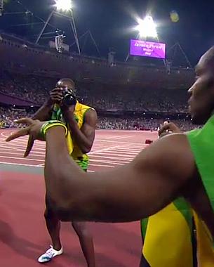 Después del super sprint de la victoria en la carrera de 200 metros de hoy, Bolt durante su vuelta de honor al estadio cogió una cámara con una lente angular de uno de los fotógrafos que estaba en el box de los fotógrafos... Seguir el post y ver más fotografías en RAW PHOTOGRAPHY, el nuevo blog de Jordi Verdés Padrón.  © Bolt