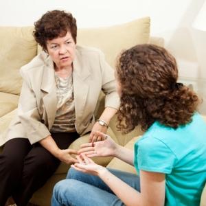 une adulte et une adolescente en discussion