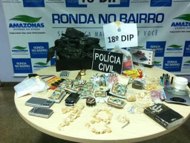 Material apreendido durante operação policial no bairro Colônia Santo Antônio, Zona Norte de Manaus (Foto: Ana Graziela Maia/G1 AM)