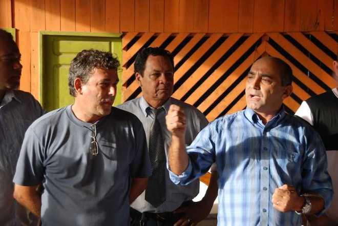 Secretário de Obras Clécio Gadelha recebe prefeito junto com os  funcionários do quadro. Foto Assessoria