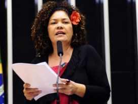 Deputada federal Perpétua Almeida, na tribuna da Câmara Federal/Foto: Divulgação