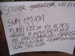 Cartaz direcionado ao Governador do Acre pedem ajuda aos brasileiros - Foto: Almir Andrade