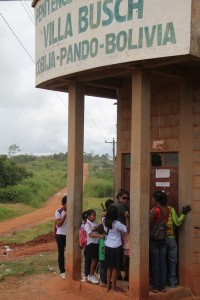 Flagrante de crianças filhos de detentos que moram dentro do presídio ao voltar da aula - Foto: Alexandre Lima