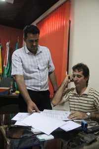 Despachando com seu chefe de gabinete - Foto: Alexandre Lima