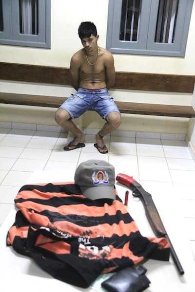 Mesmo com testemunha e arma apreendida, negava que a mesma era de sua pripriedade - Fotos: Alexandre Lima