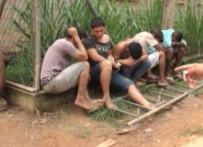 Brasileiros estão algemados na cerca do lado de fora ao relento