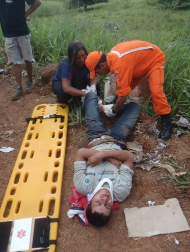Rosivaldo sofreu escoriações pelo corpo e corte nopé após se chocar contra placa e cair na BR