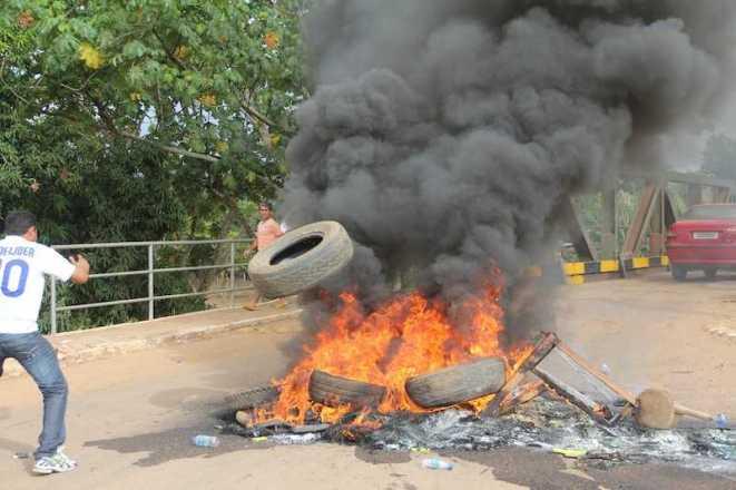 Pneus foram queimados por populares como forma de prostesto contra a ponte que vem oferecendo perigo e acidentes - Foto: Alexandre Lima