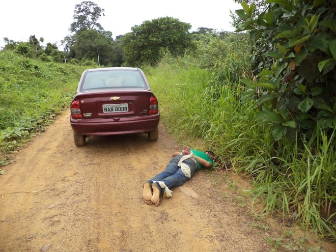 Primeira vítima encontrada estava fora do veículo amarrado e foi assassinado com tiro na cabeça