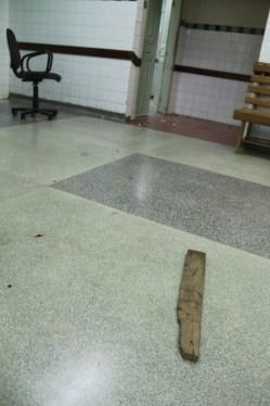 Pedaço de madeira que o grupo tentou usar contra que estavam no pronto-socorro - Fotos: