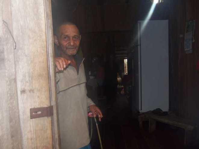 Itariacir Bruno, de 72 anos, que já passou por várias cirurgias de bexiga e que hoje usa sonda, chamou atenção de populares - Foto: Almir Andrade