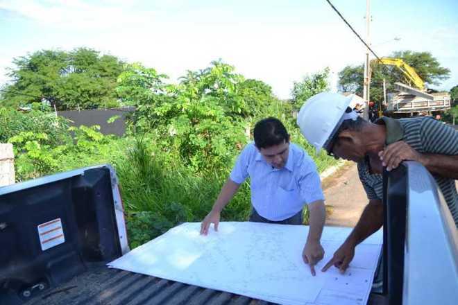 Prefeito de Epitaciolândia, André Hassem, esteve visitando locais onde estão sendo instalados a iluminação pública - Foto: Assessoria