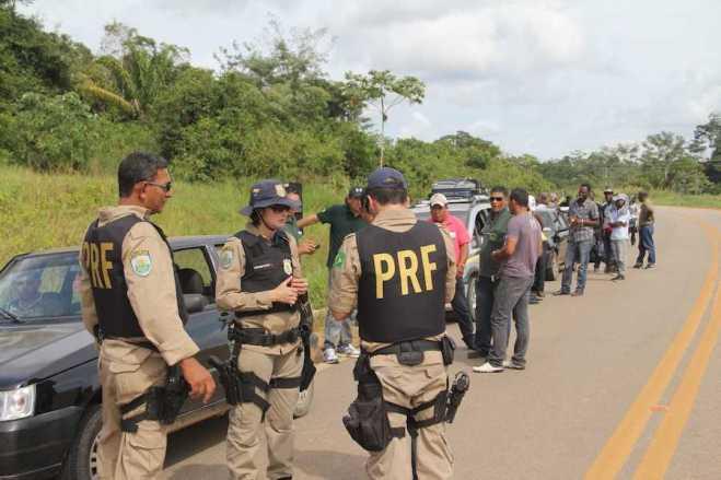 Policiais Rodoviários interceptaram os veículos após denuncias de excessos de passageiros nos taxis - Fotos: Alexandre Lima