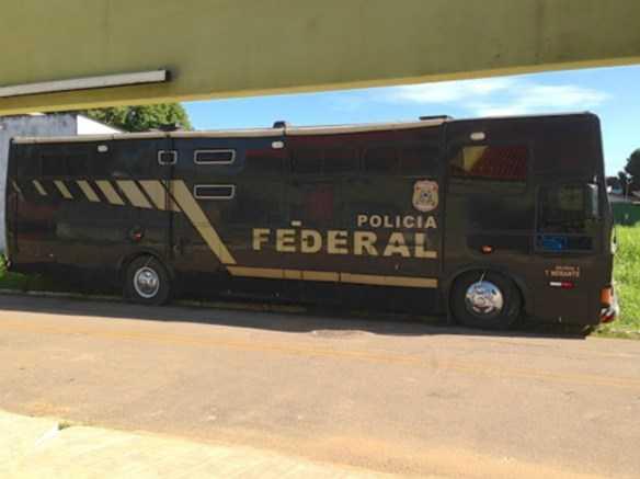 Ônibus que abriga a Delegacia Itinerante da Polícia Federal está estacionado na rua Abrahim Farhat/Foto: Altino Machado