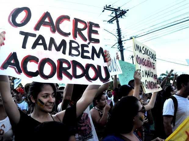 Os estudantes levantaram cartazes com frases do tipo: 'O Acre também acordou' (Foto: Eduardo Duarte/G1)