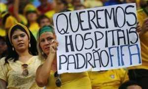 Uma manifestante segura cartaz durante partida do Brasil contra o México pelo grupo A da Copa das Confederações, em Fortaleza. A Fifa não discutiu a possibilidade de cancelar a Copa das Confederações por conta da onda de protestos que tomou as ruas de todo o Brasil, disse a entidade nesta sexta-feira.