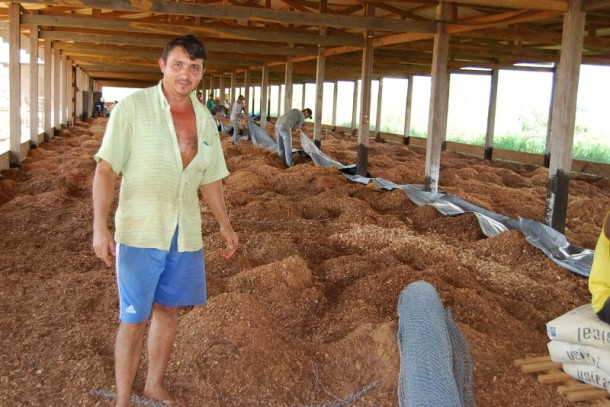 Gedeon Pereira Coimbra, da Colônia Estrela do Norte, BR-317, quilômetro 23, em Epitaciolândia, mostra, orgulhoso, a obra de construção do novo galpão totalmente automatizado (Foto: Assessoria Seaprof)