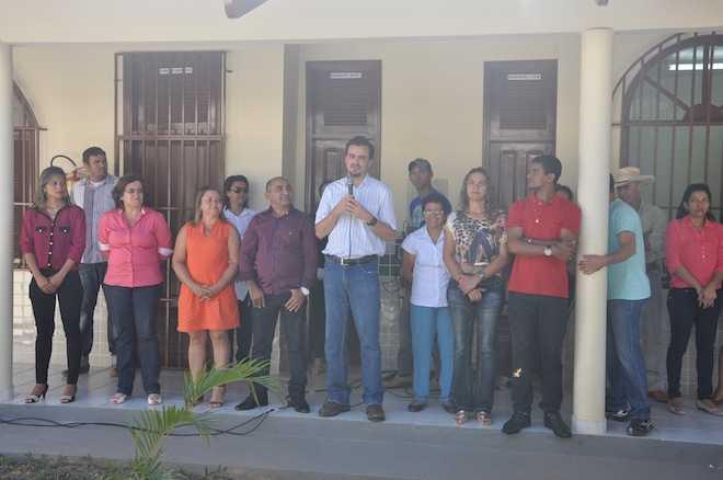 Varias autoridades estiveram presentes na reinauguração da escola - Foto: Assessoria