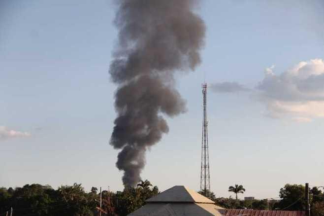 Fumaça negra era possível ser vista de longe e assustou quem via - Fotos: Alexandre Lima