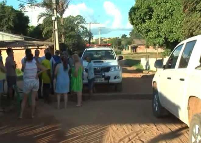 Moradores interditaram rua com madeira - Foto: captura