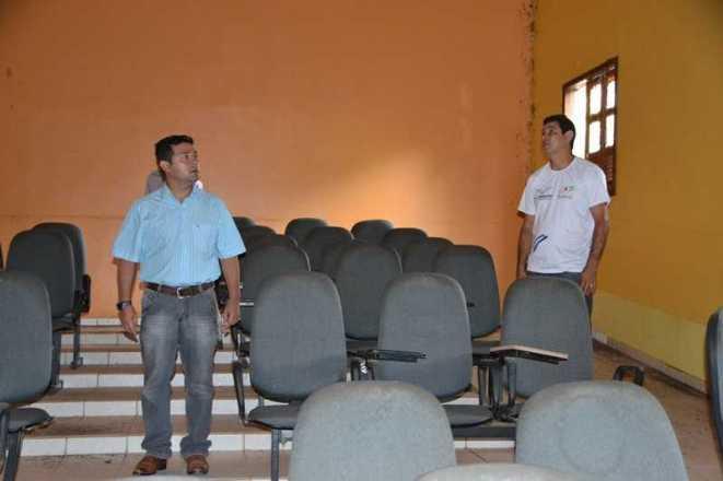 Auditório da Escola Joana Ribeiro Amed em Epitaciolândia está abandonado -  Fotos: Wesley Cardoso