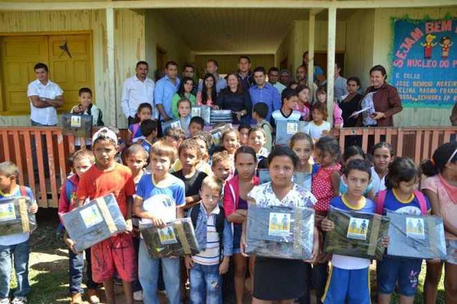 Prefeito fez entrega de parte dos kits em escolas do Município - Foto: Assessoria