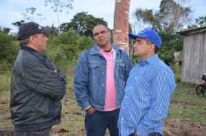 Presidente da Câmara, Mário Jorge (c), acompanhou o prefeito durante a visita no ramal - Foto: Assessoria