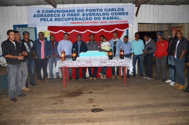 Moradores agradeceram ao prefeito e sua equipe pelo trabalho - foto: Assessoria