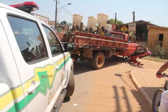 Passagem pelo direito por pouco não acabou em tragédia e moto ficou destruída - Fotos: Alexandre Lima