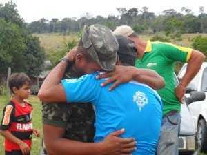 O abraço emocionado do filho comoveu a todos