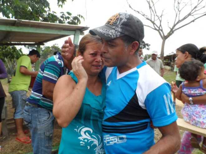 Abraço da esposa com muita emoção e lágrimas de felicidade