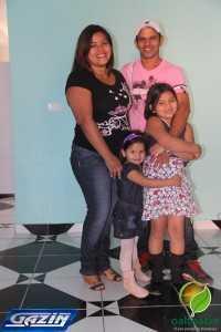 Sebastião com sua esposa e filhas a espera dos móveis para sua casa
