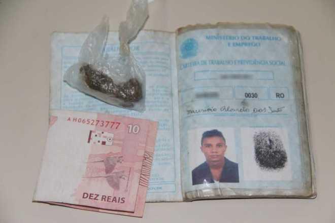 Meliante tinha uma carteira de trabalho sem nenhum carimbo e uma 'cabeça' de maconha - Foto: Alexandre Lima