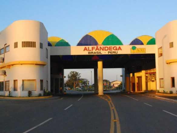 Alfândega na na cidade de Assis Brasil, na divisa entre Brasil e Peru