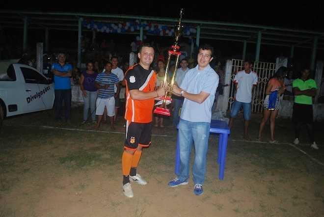 Capitão do time Sabiá, campeão do campeonato de Assis Brasil recebendo o troféu das mão do prefeito Humberto Fiilho - Foto: Assessoria