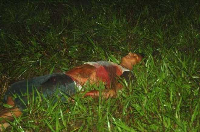 Vítima teria corrido cerca de 100 metros após ser atingido no peito, mas não resistiu e morreu após cair no mato
