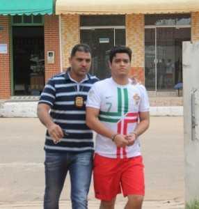 Chegada de Renan na delegacia de Brasiléia, conduzido pelo policial civil de Xapuri, após cumprir mandato de prisão - Foto: Alexandre Lima