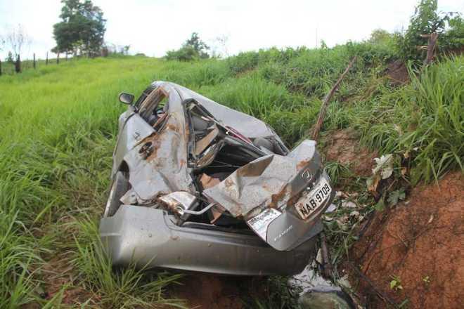 Carro ficou destruído após cair no barranco - Foto: Alexandre Lima