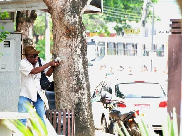 Policial aponta arma para bandidos (Foto: Eduardo Duarte/Arquivo pessoal)