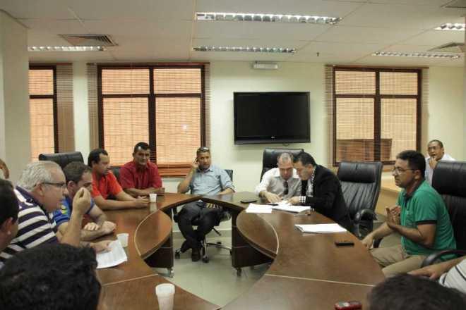 Taxistas na Assembleia Legislativa em reunião com deputados para pedir ajuda - Foto: Aleac