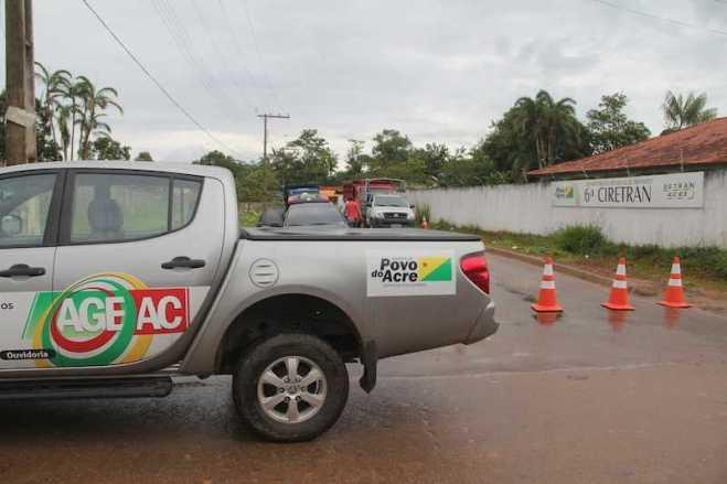 Funcionários da AGE/AC realizaram inspeções ao lado da sede da CIRETRAN em Brasiléia - Foto: Alexandre Lima