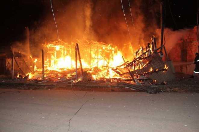 Um curto na rede elétrica pode ter sido a causa do incêndio - Fotos: Alexandre Lima