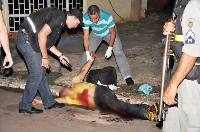 O policial foi atingido por golpes de facão e morreu no local do assalto/Foto: Selmo Melo/Agência ContilNet