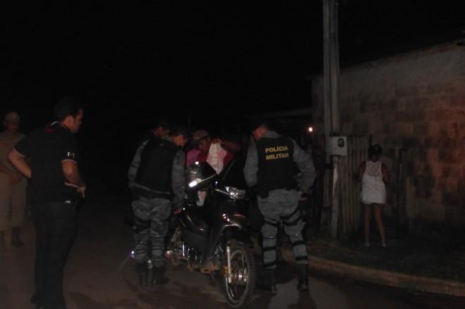 Além dos estabelecimentos, civis foram vistoriados pelas ruas da cidade