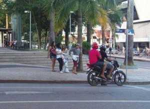 Flagrante do momento em que o jovem petista arranca a faixa da militante do Movimento Basta